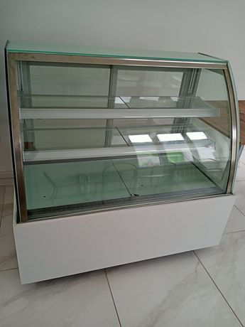 Продается витринный холодильник