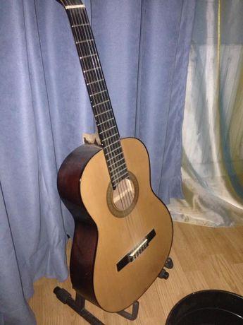 Гитару с подставкой продам