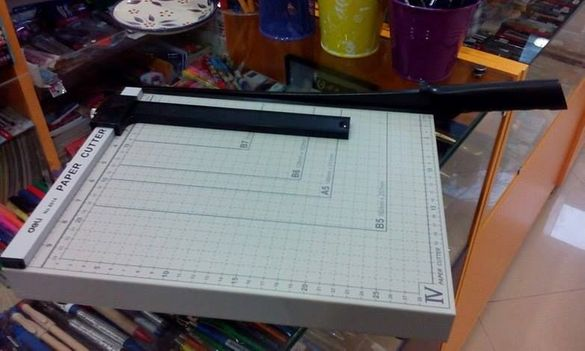 Продавам нова гилотина формат А4+ за рязане на хартия и картон