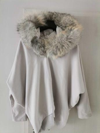 Палтo изработено от качествена кашмирена материя и яка от лисица.