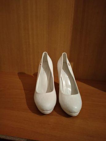 Туфли белые.Один раз ношенная.Почти новая