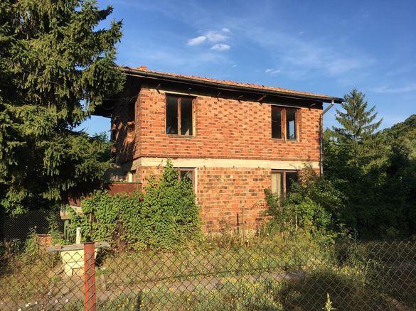 Къща на два етажа с двор в с. Гълъбовци