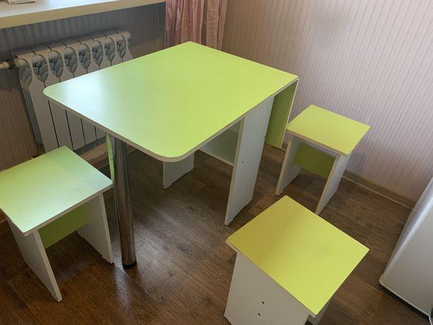 Продается кухонный стол с табуретками.