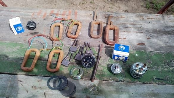Бобини за стартери,четки,контактен ключ и манометри за въдух и масло