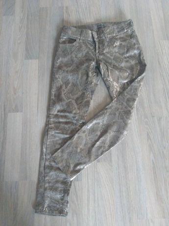 Pantaloni deosebiti