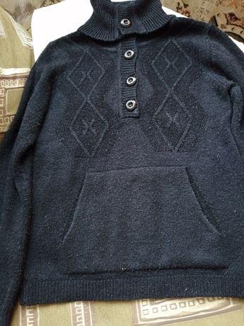 Продается недорого свитер женский с горлышком на пуговицах 46р