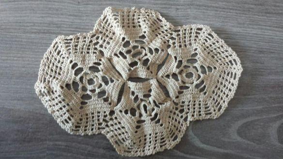 Нова ръчно плетена кръгла покривка и 2 малки тишлайфери