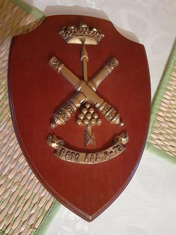 Lot Blazon de bronz masiv si lemn impreuna cu doua sabii