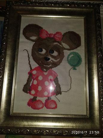 Картина вышетая крестиком. Мышка с шариком.