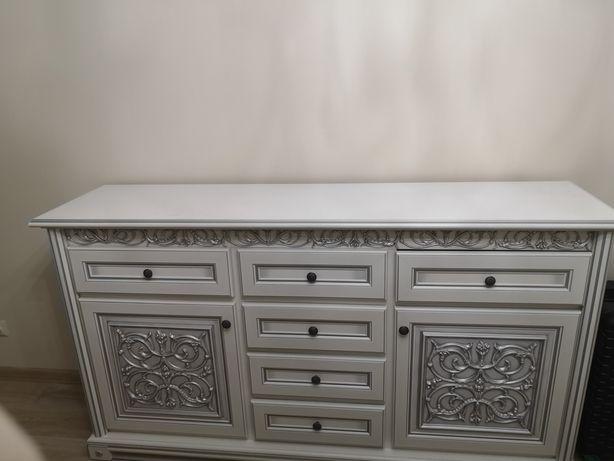 Комод белый с белыми шкафами
