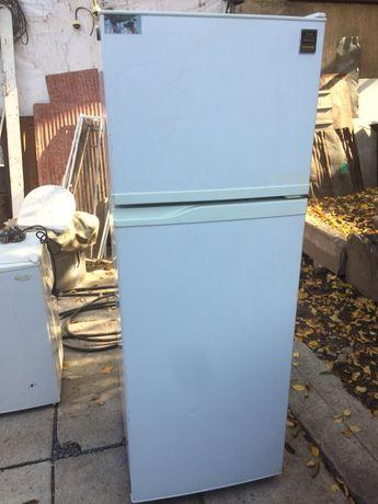 Холодильник двух камерный Самсунг.