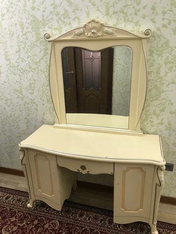 Трюмо или классический стол с зеркалом, консоль, трельяж