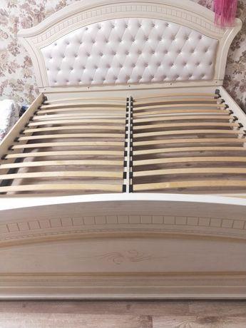 Продам кровать двухместная + две тумбочки. (без матраса)
