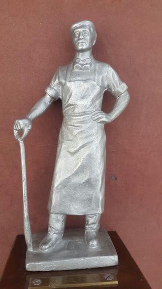 Стара алуминиева статуетка