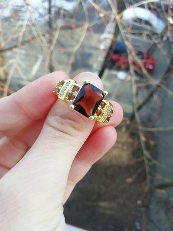 Inel auriu cu piatră maro, mărimea/size 10 (nu e aur, nu e argint)