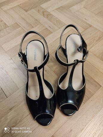 Два чифта дамски обувки номер 37. Черните са лак, бежовите велур.