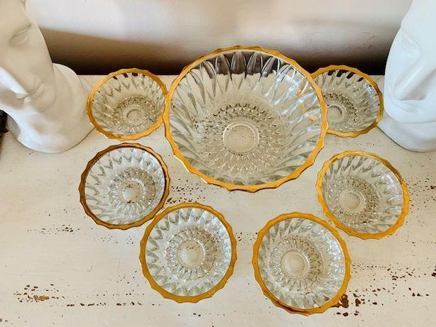 Set pentru desert din cristal cu margini aurite si vaza cristal.
