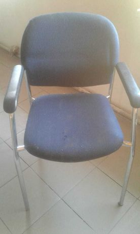 Стул офисный с мягким сиденьем и спинкой, ножки металлические
