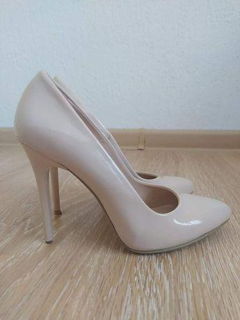 Бежови обувки на ток
