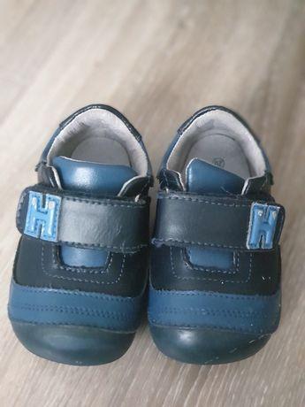 Pantofi, diferite mărimi.