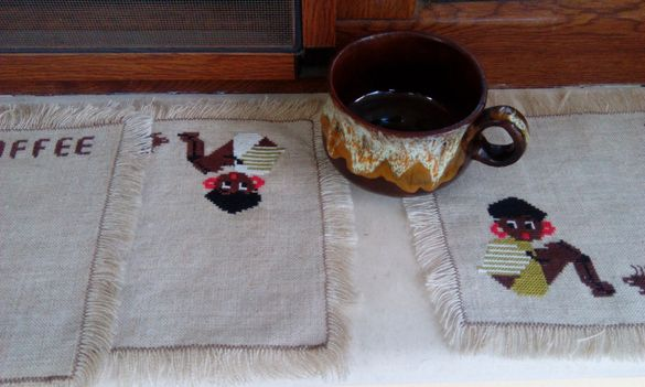 Три подложки за кафе