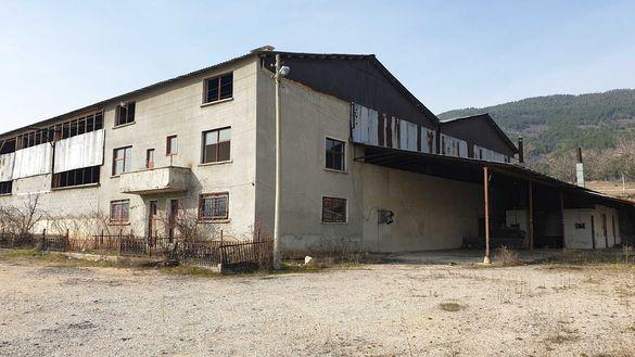 Под наем: Промишлено помещение  2000 кв .м., двор 4 дка, в село Розино