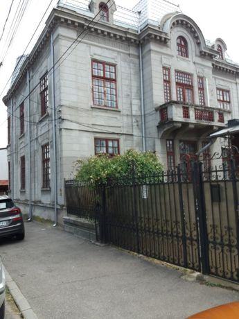 VAND URGENT Parter casă compus din :4 camere 2 bucătării 4 vestibule 3
