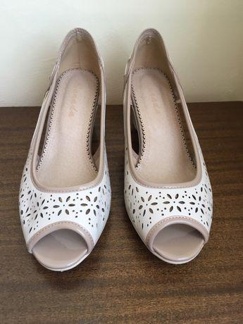 Чисто нови елегантни обувки