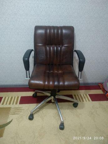 Коженное коричневые кресло