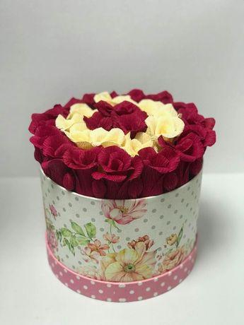 Cutie cu flori din hârtie creponată