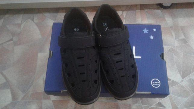 Продам детские туфли на мальчика новые