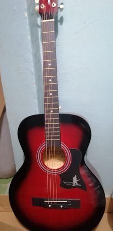 Гитары акустические в ассортменте,цвета разные, чехлы, укулеле, звонит