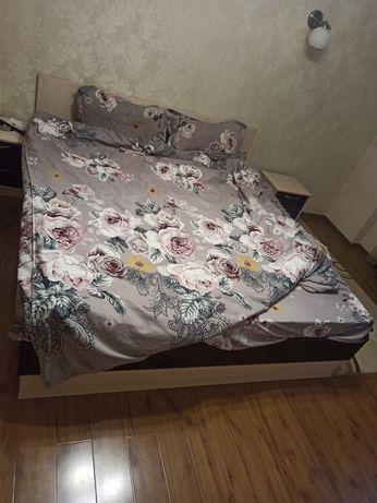 Кровать и две тумбы