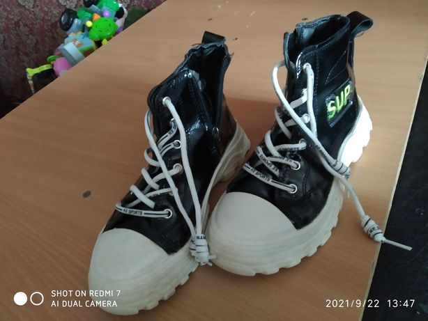 Продам демисезон красивые ботинки 35 размер