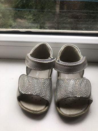 Продам сандалии на девочку Primigi 20-й размер