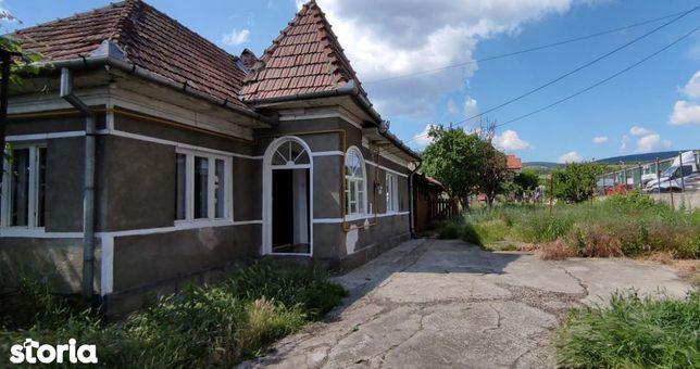 Casa singur in curte, Dambul Rotund