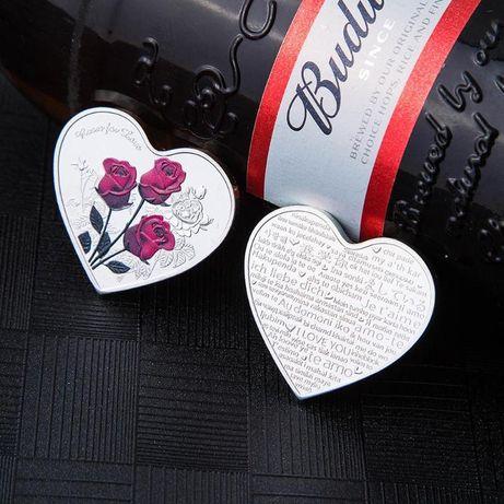 """Монета сърце с червени рози и надпис """" обичам те """" на различни езици"""