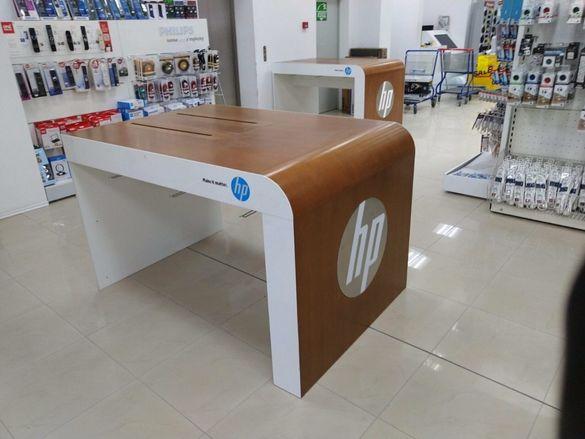 Демонстрационни, дървени маси от HP за мултимедия.