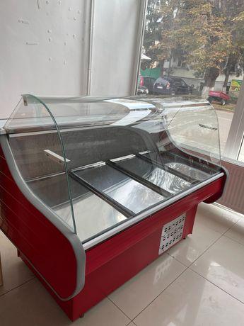 Vând vitrină frigorifică în stare excelentă.