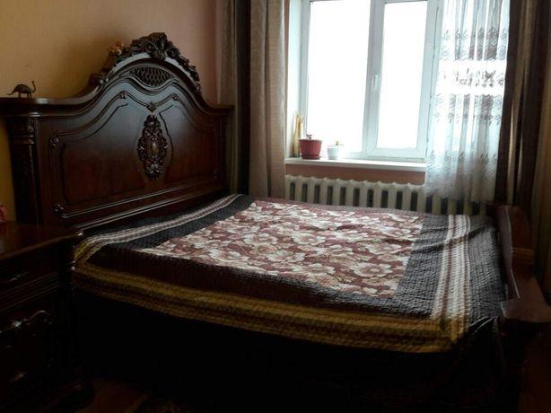 Продам двуспальнюю кровать и 2 тумбы.