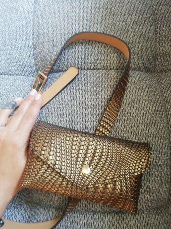 Малка чанта за кръст с коланче