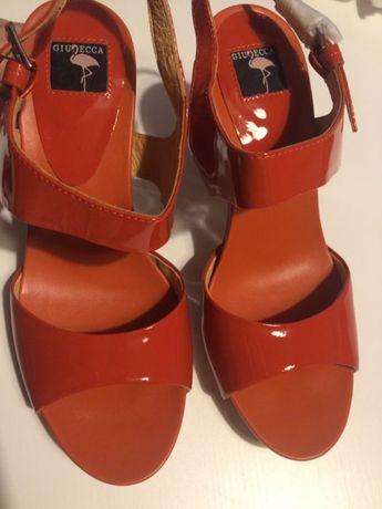 Sandale noi din piele lăcuită, Giudecca