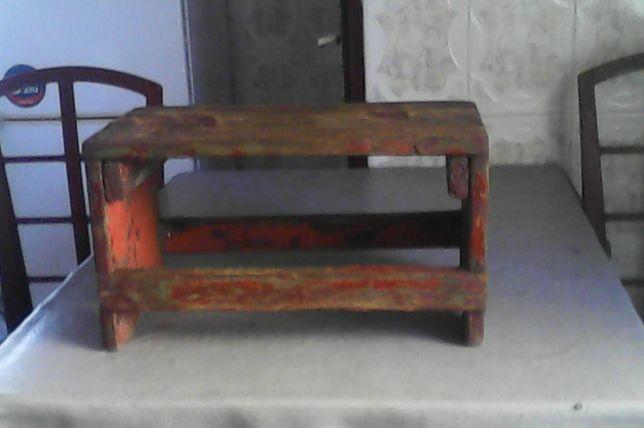 Vând Scăunel din lemn masiv, făcut manual la începutul sec. trecut