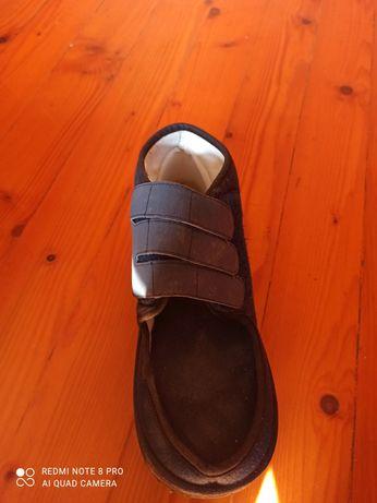 Продавам обувка ортопедична след операция на колаче на крака.
