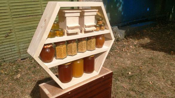 Стелажи за мед и сувенири