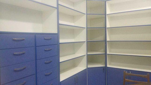 Оборудование: стеллажи, шкафы, витрины, под кассу