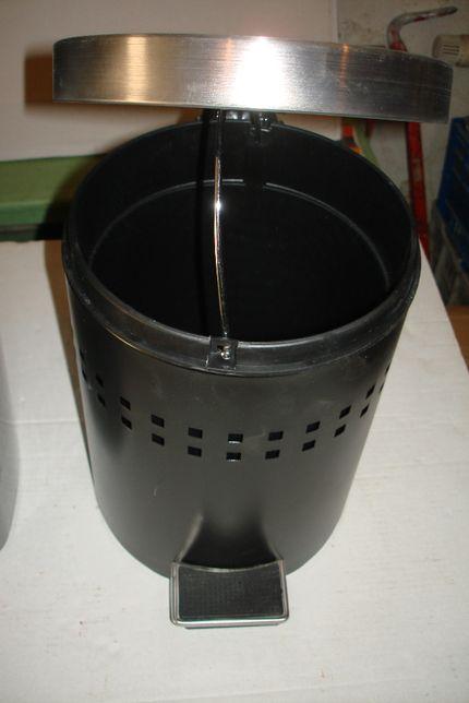 Cosuri plastic 60 litri si negru cu galeata si pedala.