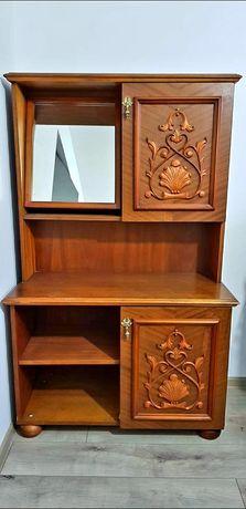 Comoda cu inserții din lemn furniruit, oglinda și spatiu depozitare;