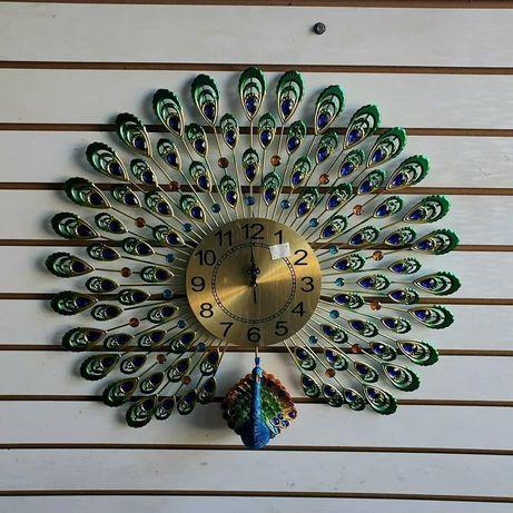 В наличие Павлин часы