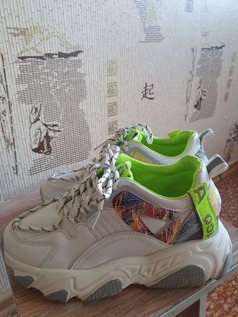 Крутые удобные кроссовки